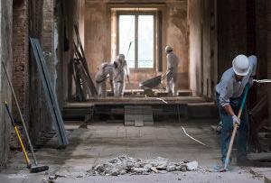 Nettoyage de gravats à l'intérieur d'une maison parisienne