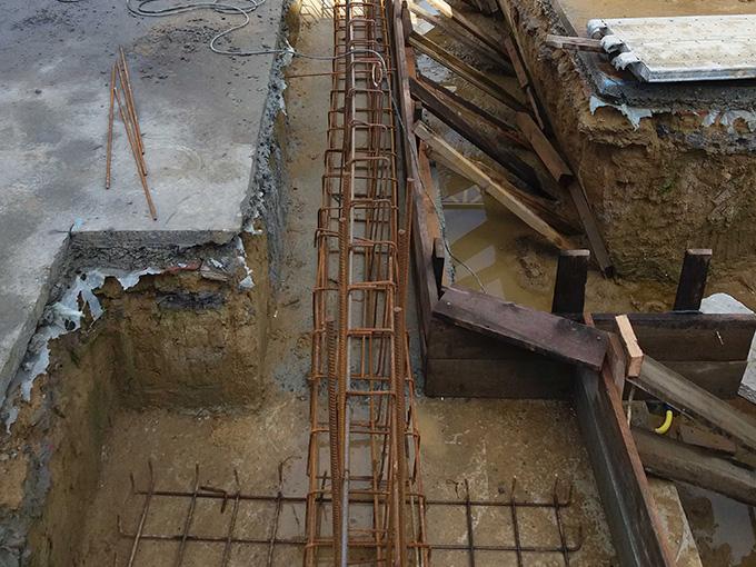 Tranchée et préparation du béton armé des fondations